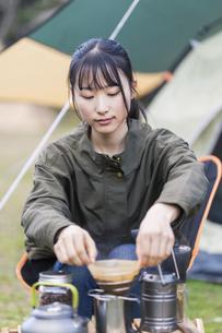 コーヒーを淹れる女性の写真素材 [FYI04771936]