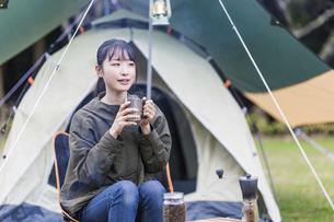 キャンプ場でくつろぐ女性の写真素材 [FYI04771938]