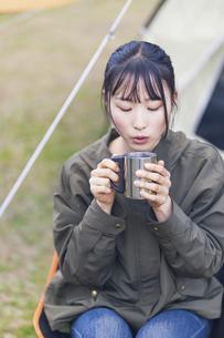 キャンプ場でくつろぐ女性の写真素材 [FYI04771940]
