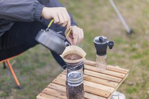 コーヒーを淹れる男性の写真素材 [FYI04771941]