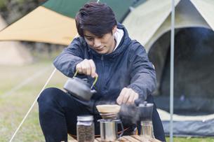 コーヒーを淹れる男性の写真素材 [FYI04771942]