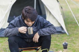 キャンプ場でくつろぐ男性の写真素材 [FYI04771946]