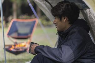 テントでくつろぐ男性の写真素材 [FYI04771953]