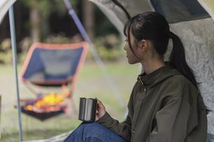 テントでくつろぐ女性の写真素材 [FYI04771954]