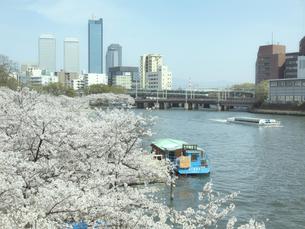 大阪ビジネスパークと遊覧船の写真素材 [FYI04772046]