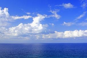 京都府 京丹後市  白い雲が印象的な丹後松島の海の写真素材 [FYI04772061]