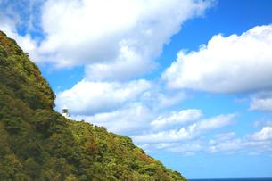 京都府京丹後市 青空と白い雲が浮かぶ美しい経ケ岬の灯台の写真素材 [FYI04772074]