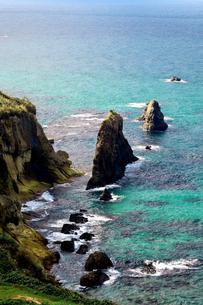 京都府京丹後市  エメラルドグリ-ンの海と秋の屏風岩の写真素材 [FYI04772075]