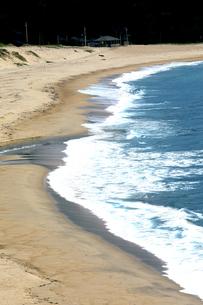 京都府京丹後市  打ち寄せる波の白さが印象的な高嶋海岸の秋の写真素材 [FYI04772076]