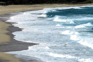 京都府京丹後市  打ち寄せる波の音が聞こえる高島海岸の秋の写真素材 [FYI04772078]