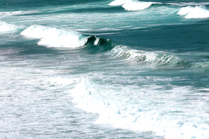 京都府 京丹後市  打ち寄せるエメラルドグリンの波が美しい丹後の海の写真素材 [FYI04772079]