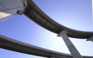 宙を馳ける高速道路の写真素材 [FYI04772144]