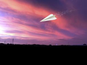 上空を飛ぶ紙飛行機の写真素材 [FYI04772153]