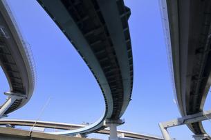 空をかける高速道路の写真素材 [FYI04772208]
