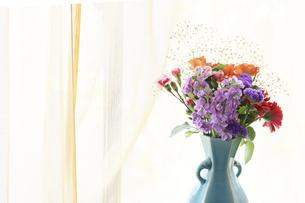 青色の花瓶にいけた様々な花のブーケの写真素材 [FYI04772216]