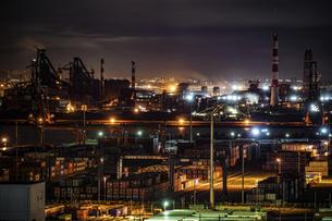 京浜工業地帯の工場夜景(川崎マリエンから撮影)の写真素材 [FYI04772277]