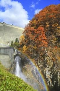 定山渓ダムの紅葉と虹の写真素材 [FYI04772555]