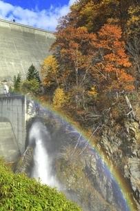 定山渓ダムの紅葉と虹の写真素材 [FYI04772556]