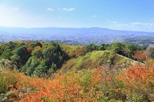 秋の若草山と奈良市街の写真素材 [FYI04772591]