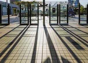 都会の夕方 ペデストリアンデッキの長い影の写真素材 [FYI04772755]