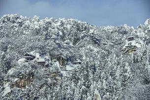 雪の山寺の写真素材 [FYI04772821]
