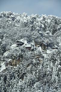 雪の山寺の写真素材 [FYI04772822]