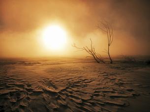 早朝の気嵐の写真素材 [FYI04772935]