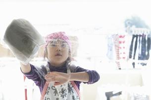 窓拭きをする女の子の写真素材 [FYI04772958]