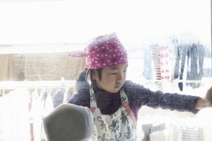 窓拭きをする女の子の写真素材 [FYI04772959]