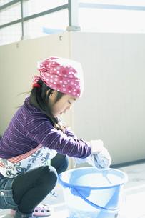 雑巾を絞る女の子の写真素材 [FYI04772961]