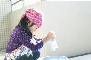 雑巾を絞る女の子の写真素材 [FYI04772962]