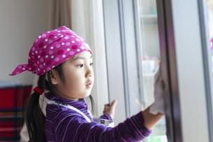 窓拭きをする女の子の写真素材 [FYI04772964]