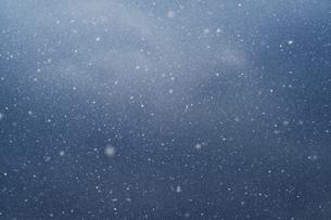 舞う雪の写真素材 [FYI04772966]