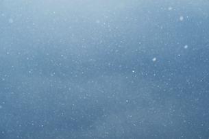 舞う雪の写真素材 [FYI04772969]