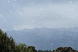 山並みと舞う雪の写真素材 [FYI04772973]