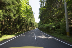 道路を走る車の写真素材 [FYI04773043]