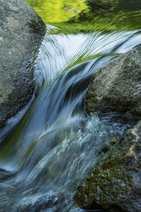 渓流の水の流れの写真素材 [FYI04773044]