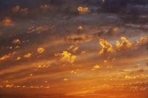 夕焼けと漂う雲の写真素材 [FYI04773049]