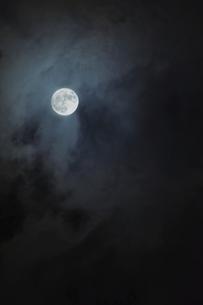 雲間の満月の写真素材 [FYI04773051]