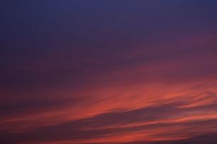 夕焼けとたなびく雲の写真素材 [FYI04773052]