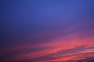 夕焼けとたなびく雲の写真素材 [FYI04773054]