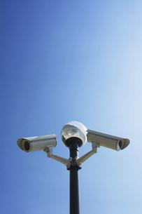 青空と監視カメラの写真素材 [FYI04773056]