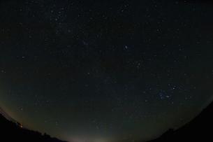 山並みと冬の星空の写真素材 [FYI04773057]