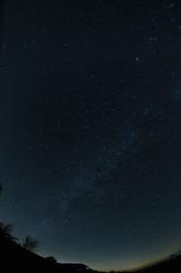 山並みと冬の星空の写真素材 [FYI04773059]