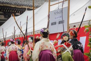 京都の三十三間堂で開催される大的全国大会(通し矢)に出場する女性達の写真素材 [FYI04773241]