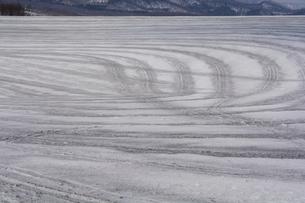 融雪剤がまかれた雪の畑の写真素材 [FYI04773307]