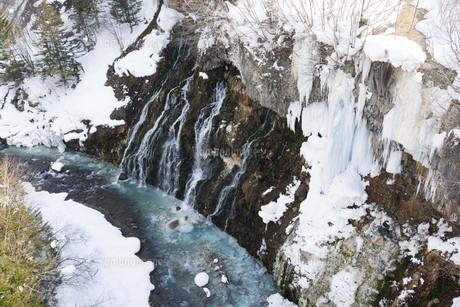 冬の青い川に流れ落ちる滝の写真素材 [FYI04773317]