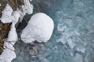 冬の青い川の写真素材 [FYI04773319]