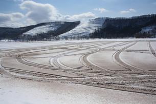 融雪剤がまかれた雪の畑の写真素材 [FYI04773323]