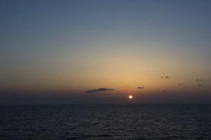 静かな海の水平線に沈む夕陽の写真素材 [FYI04773327]
